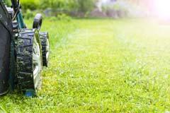 一戸建て 一軒家 芝生の刈り込み、芝刈り作業